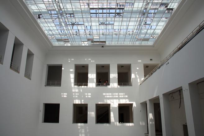 Zu den Highlights des künftigen Baukunstarchivs NRW gehört der große Innenhof mit seinem charakteristischen Glasdach, welches im Zuge der Sanierungsarbeiten gereinigt und erneuert wurde.