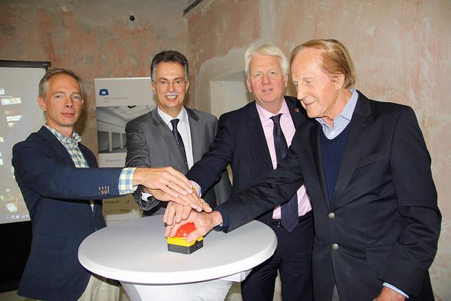 Freischaltung Homepage Baukunstarchiv durch Prof. Dr. Wolfgang Sonne (TU Dortmund), Ernst Uhing (Präsident AKNW), Dortmunds Oberbürgermeiste Ullrich Sierau und Walter Brune (Förderverein)