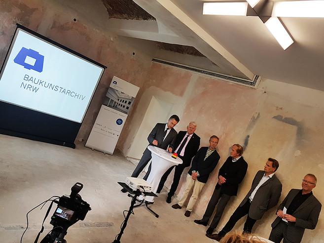 In dem gemeinsamen Pressegespräch präsentierten die Gesellschafter acuh die neue Website des Baukunstarchivs NRW - Foto: Markus Lehrmann