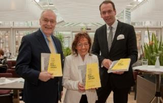 (v.l.): Manfred Sauer (Bürgermeister Stadt Dortmund), Annie Sarfeld (1. Vorsitzende ProKULTUR) und Markus Lehrmann (Geschäftsführer Baukunstarchiv NRW) – Foto: Michael Wiczoreck