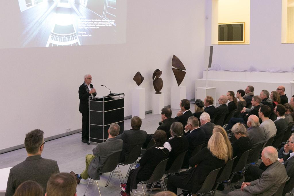 Walter von Lom erläutert dem Publikum sein Werk - Foto: Dr. Christine Kämmerer