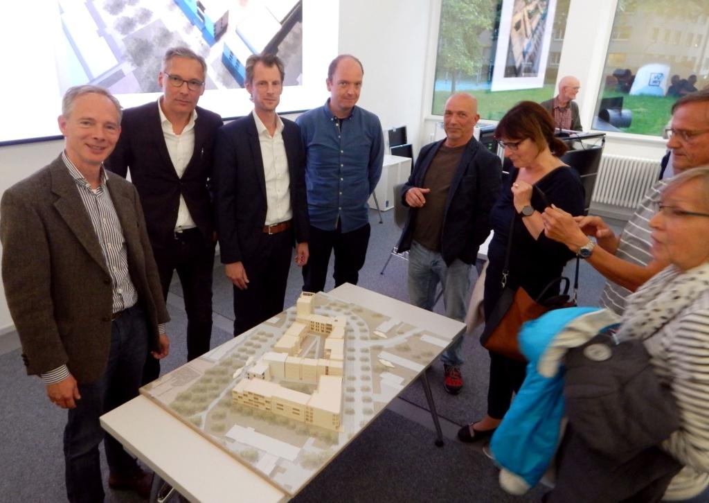"""Prof. Dr. Wolfgang Sonne, Marcus Patrias, Frank Fietz und Sven Grüne präsentieren das Modell der """"Neuen Nachbarschaften"""" - Foto: Simone Melenk"""