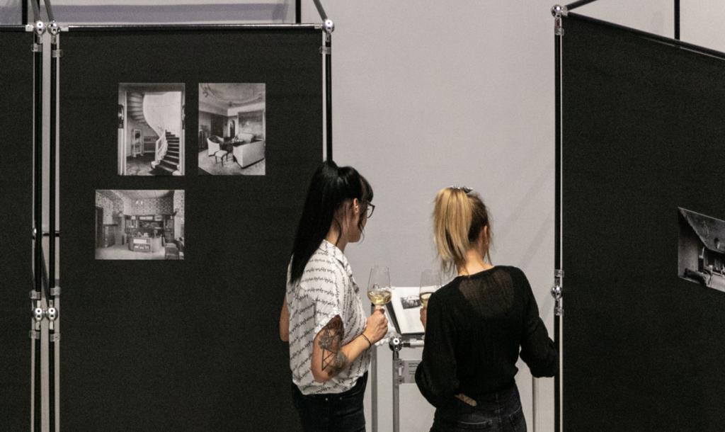 Besucherinnen im Baukunstarchiv NRW