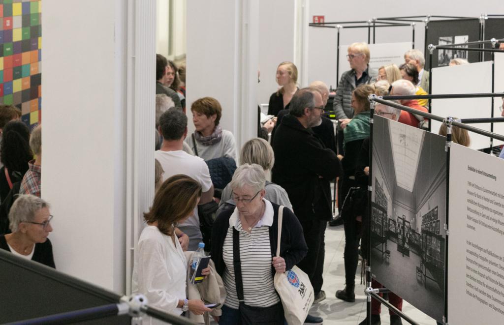 Besucher im Baukunstarchiv NRW