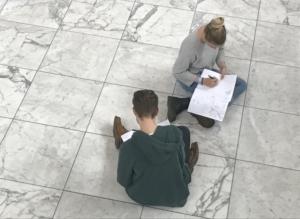 Studierende beim Zeichnen im Foyer des Aalto-Theaters