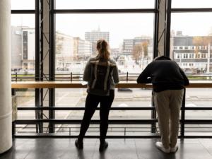 Studierende beim Zeichnen im Foyer des Musiktheaters im Revier