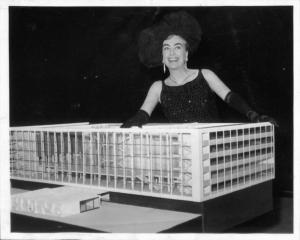 Joan Crawford präsentiert ein Modell des Musiktheaters im Revier; Foto: Nachlass Werner Ruhnau, Baukunstarchiv NRW