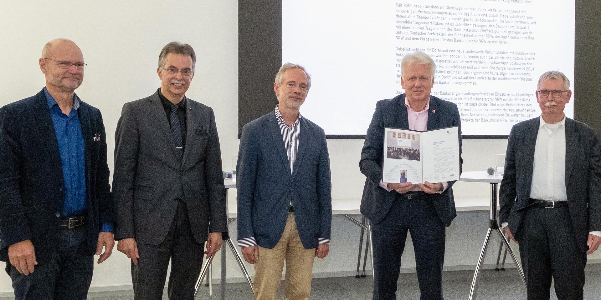 Dortmunds scheidender Oberbürgermeister Ullrich Sierau nimmt Ehrenurkunde des Fördervereins entgegen