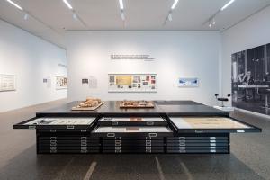 Aufbau der Ausstellung Kulturbauten im Ruhrgebiet nach 1950 im Museum Folkwang, Foto: Detlef Podehl
