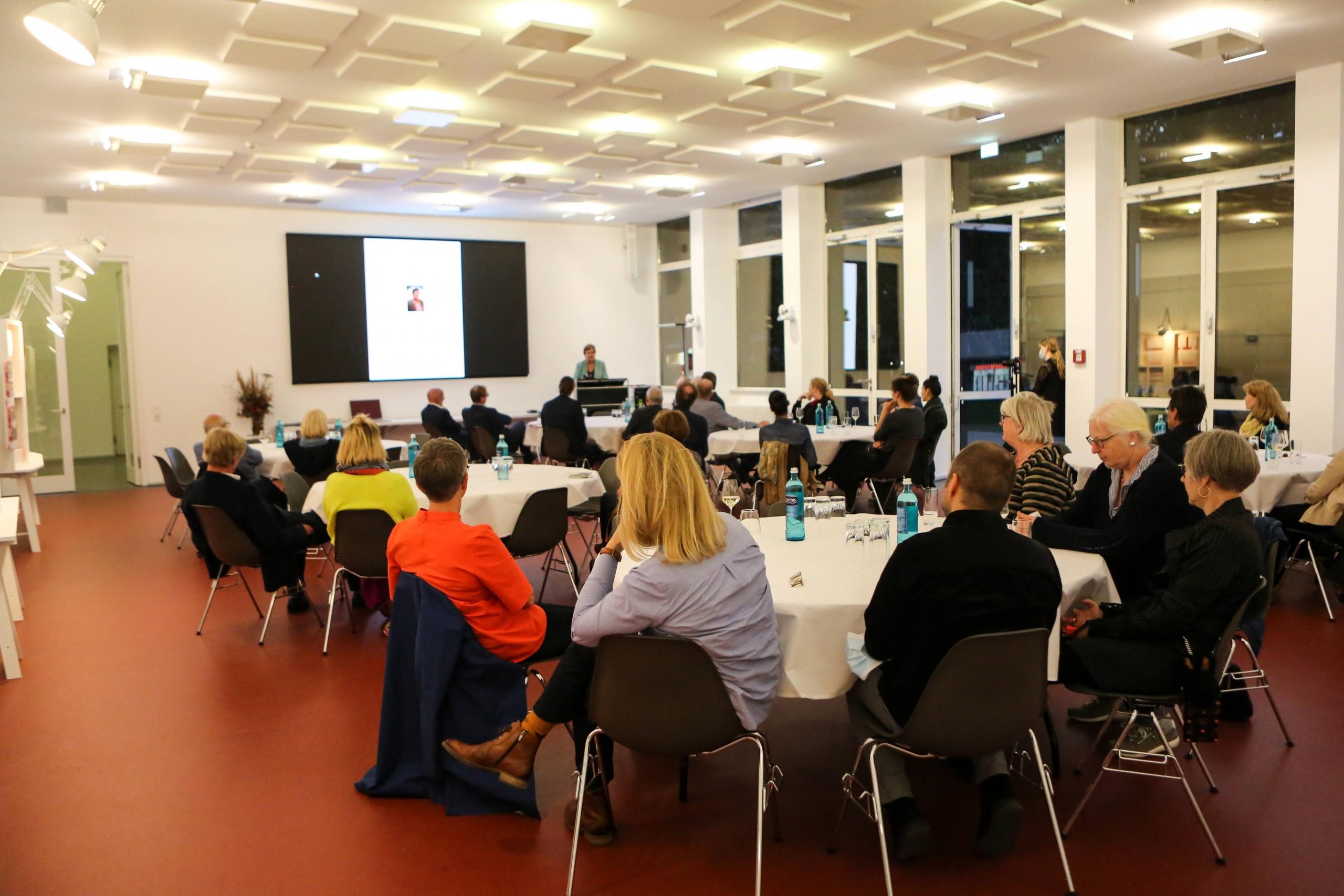 Zahlreiche Gäste erfreuten sich, wieder in Präsenz an der Vernissage teilnehmen zu können. – Foto: Sandra Gehlich